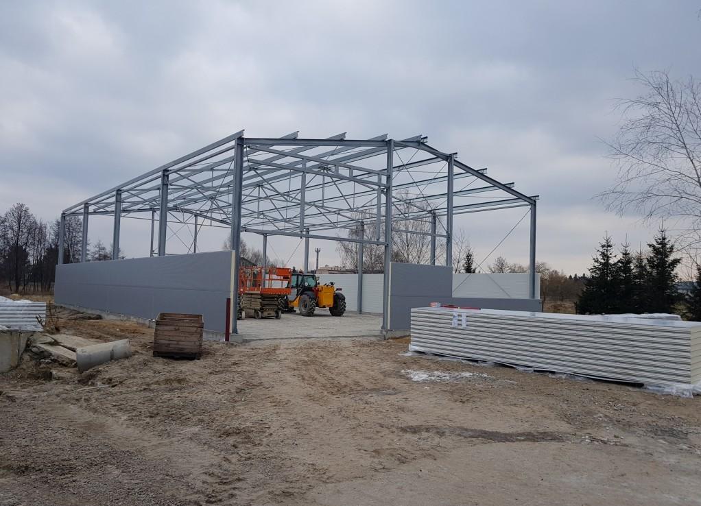 Hala produkcyjna podczas budowy ścian